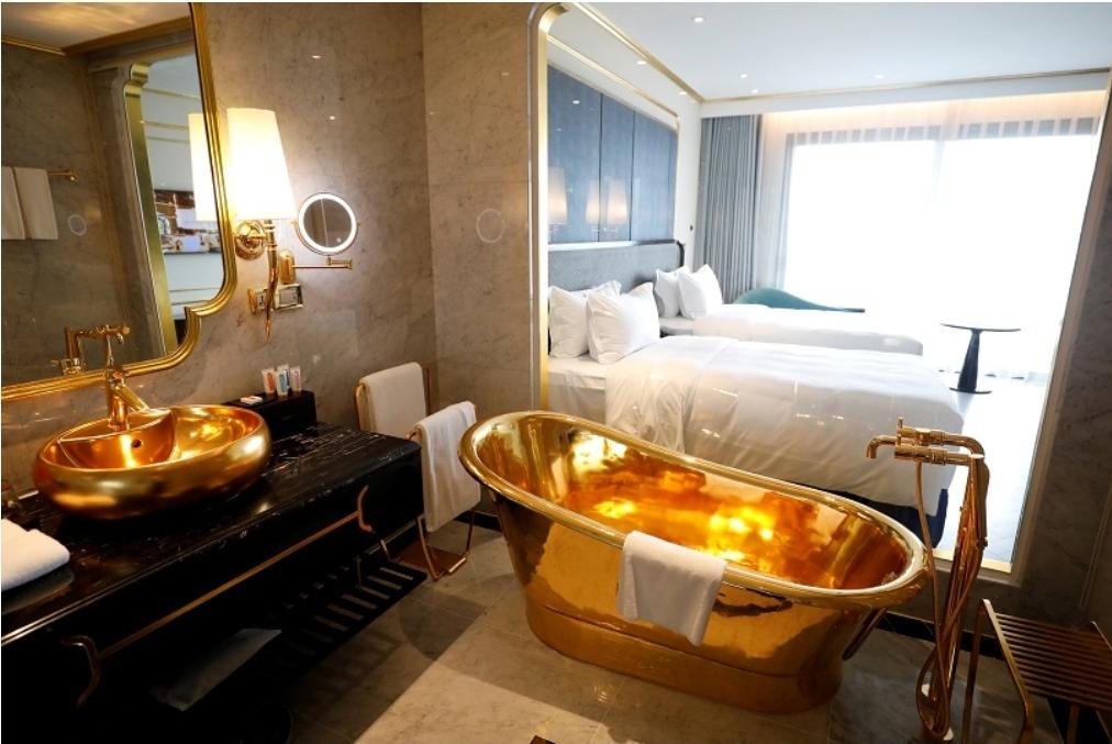 بالصور .. شاهد أول فندق مطلي بالذهب في العالم