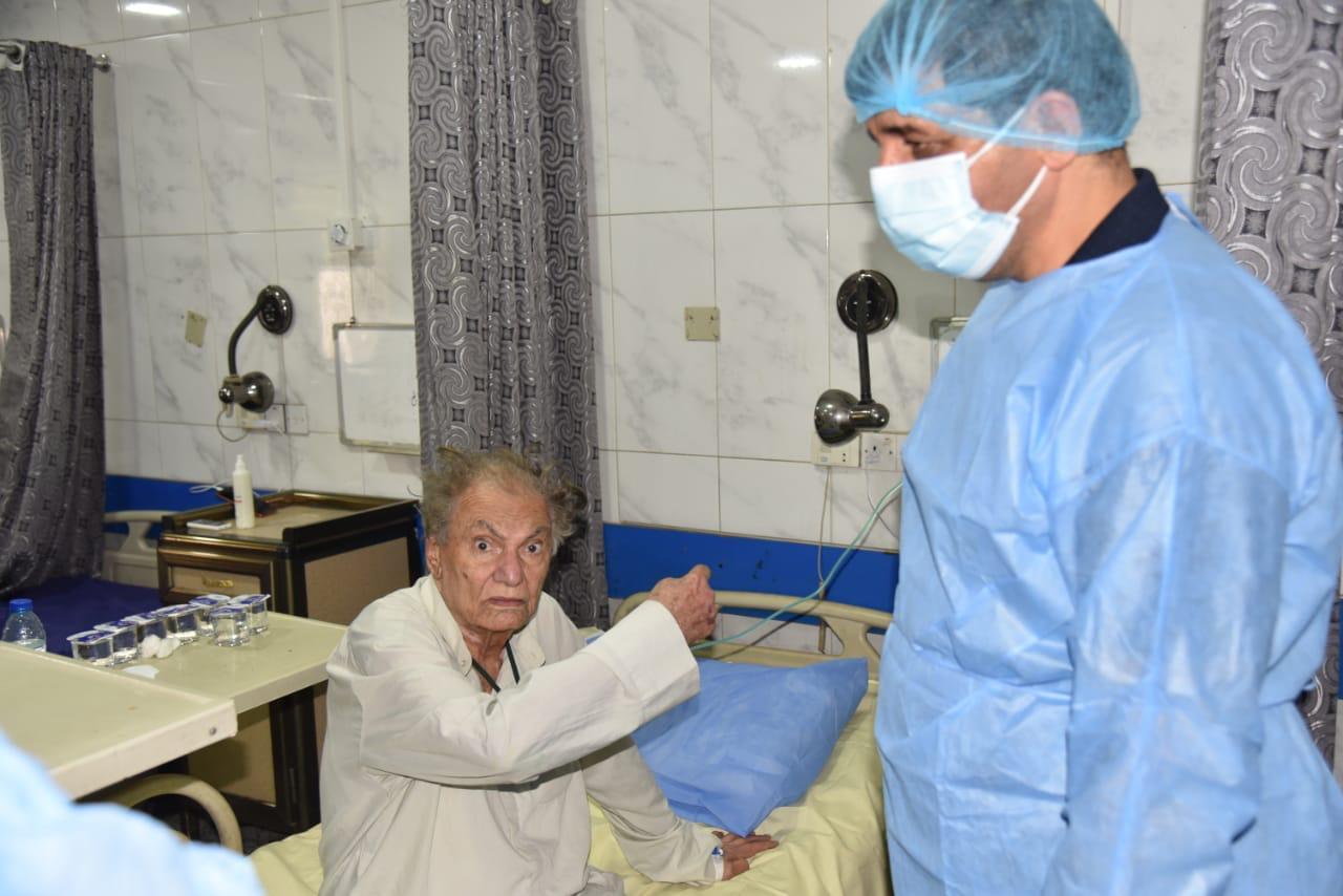 بالصور .. المخرج محمد شكري جميل في المستشفى