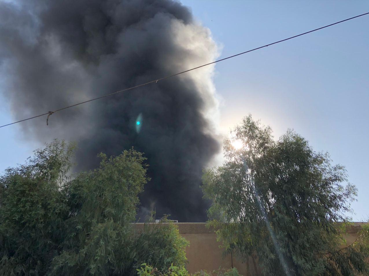 بالصور .. حرق مقر الحزب الديمقراطي الكردستاني في الكرادة ببغداد