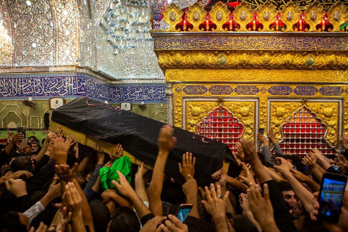 العتبتان المقدّستان الحسينيّة والعبّاسية تشهدان تشييعاً مهيباً لفقيد المنبر الحسينيّ  جاسم الطويرجاويّ