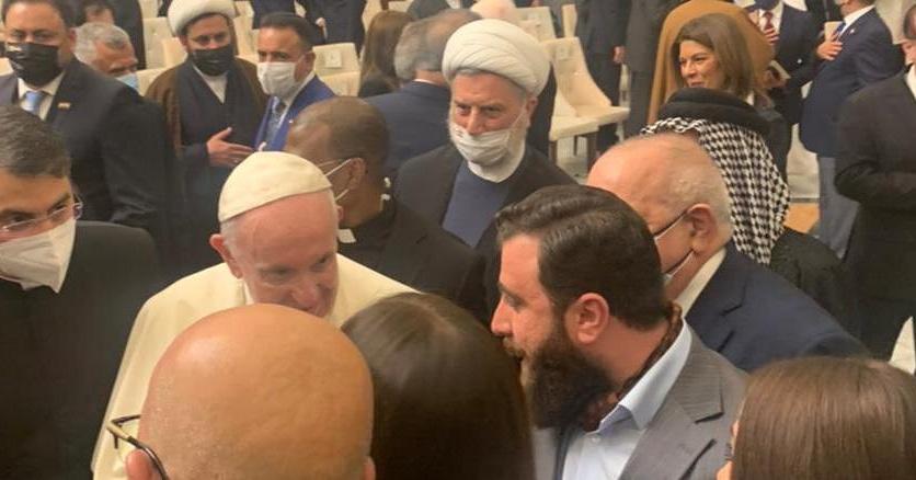 البابا يهدي مسبحة الصلاة الى زعيم حركة بابليون ريان الكلداني
